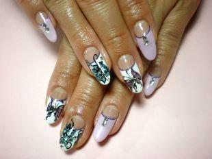 Дизайн ногтей, французский маникюр с цветами и стразами