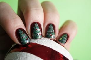 Маникюр на квадратные ногти, новогодний френч с елкой и игрушками