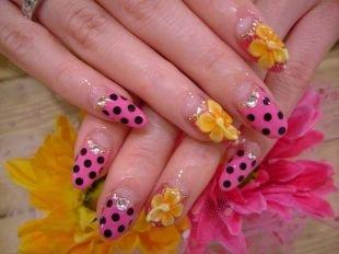 Маникюр с цветами, розовый лунный маникюр в черный горошек и желтыми цветами