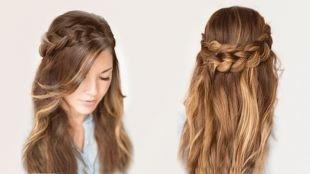 Средне русый цвет волос на длинные волосы, прическа на основе распущенных волос с косой-короной