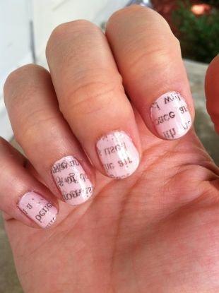 Маникюр на очень коротких ногтях, бледно-розовый маникюр с надписями