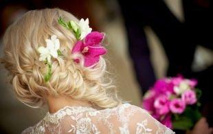 Свадебные прически с косой, утонченная свадебная прическа, декорированная цветами