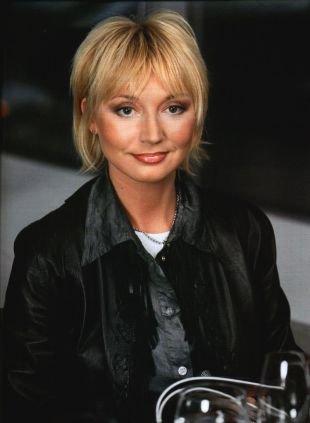 Цвет волос теплый блонд, аккуратная короткая стрижка для женщин после 40 лет