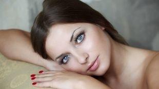 Макияж для брюнеток к синему платью, использование туши в макияже