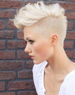 """Платиновый цвет волос на короткие волосы, женская стрижка """"под ежик"""" с удлиненными прядями на макушке"""