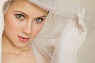Легкий макияж, свадебный макияж для зеленых глаз в персиковой гамме