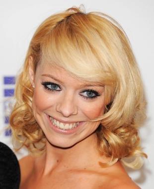 Цвет волос теплый блонд, привлекательная праздничная прическа с локонами