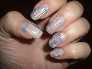 Дизайн ногтей в домашних условиях, стильный маникюр с бело-синим рисунком