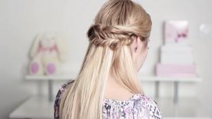 Пшеничный цвет волос на длинные волосы, прическа с косичкой на каждый день