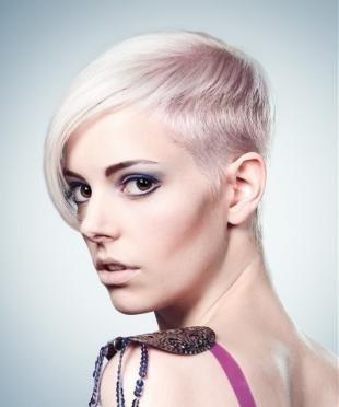 Темный макияж для карих глаз, короткая стрижка для платиновой блондинки