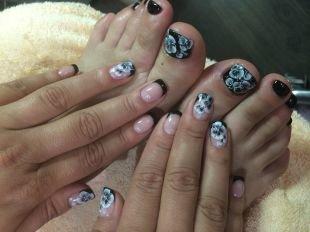 Рисунки цветов на ногтях, черно-белый маникюр и педикюр с белыми цветочками