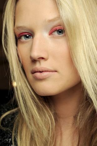 Естественный макияж для серо-голубых глаз, макияж глаз с розовым карандашом