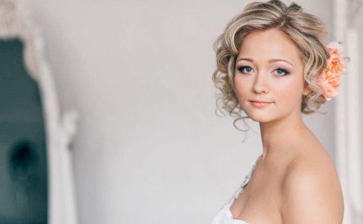 Свадебные прически на короткие волосы, наивная романтика
